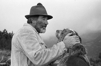 Mario Rigoni Stern insieme al cane Cimbro