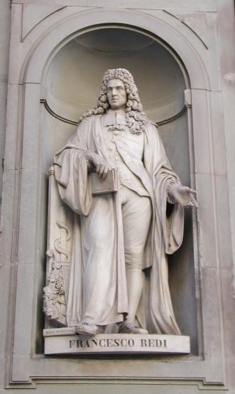 Statua di Francesco Redi nel Piazzale degli Uffizi a Firenze. Ai suoi piedi una copia di Bacco in Toscana
