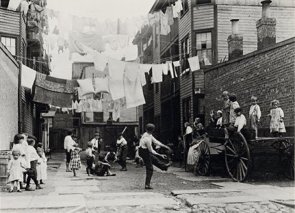 Lewis Hine, Street scene (1910)