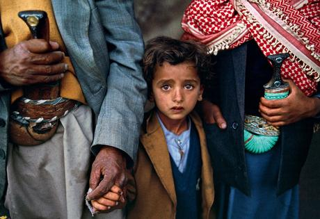 Steve McCurry, Child Holding Hands (1999), Hajjah, Yemen