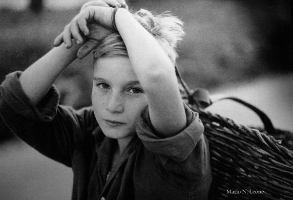 Mario Leone, Bambino col canestro