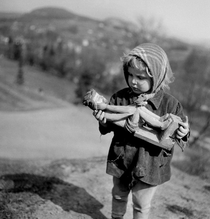 Eustachy Kossakoski, A girl with a statuette of Christ, Rabka, 1960