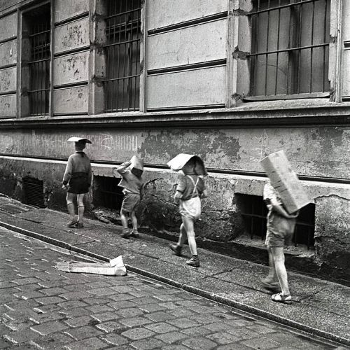 Eustachy Kossakowski, Children of cartons on their heads, Warsaw,
